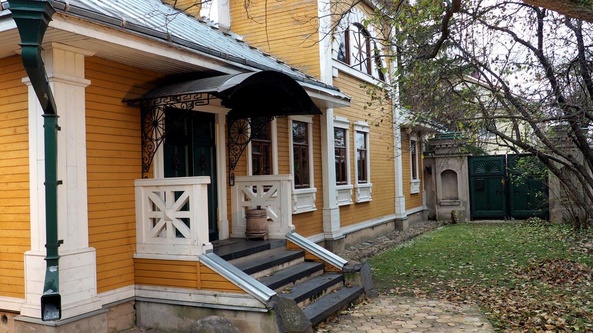 Ростов.. Фасад и двор жилого дома, постройки 1886 г.