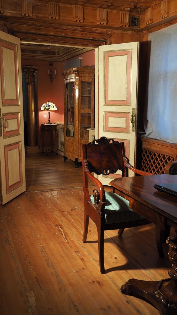 Гостиная и кабинет с воссозданными интерьерами в стиле русской усадьбы нач. XIX в.