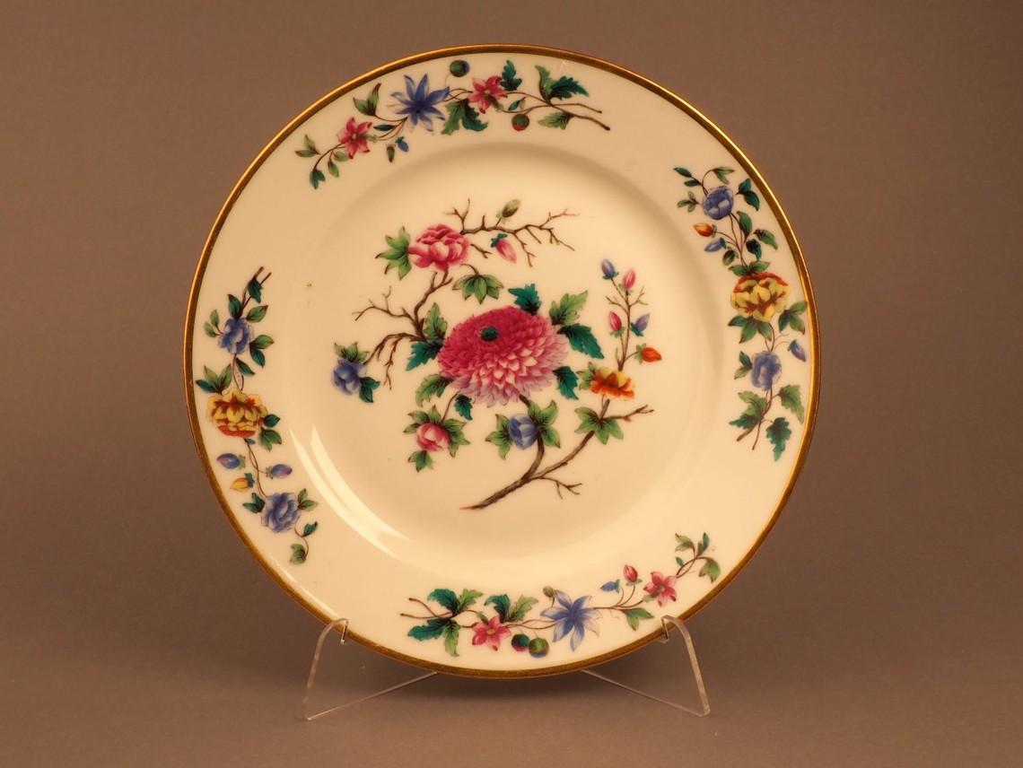 Тарелка с изображением цветов. Надглазурная роспись, золочение. Марка «Н I»,ИФЗ