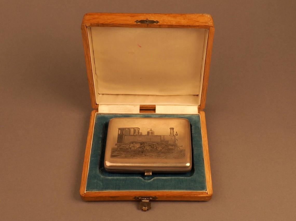 Портсигар в дубовой коробке с награвированным изображением паровоза