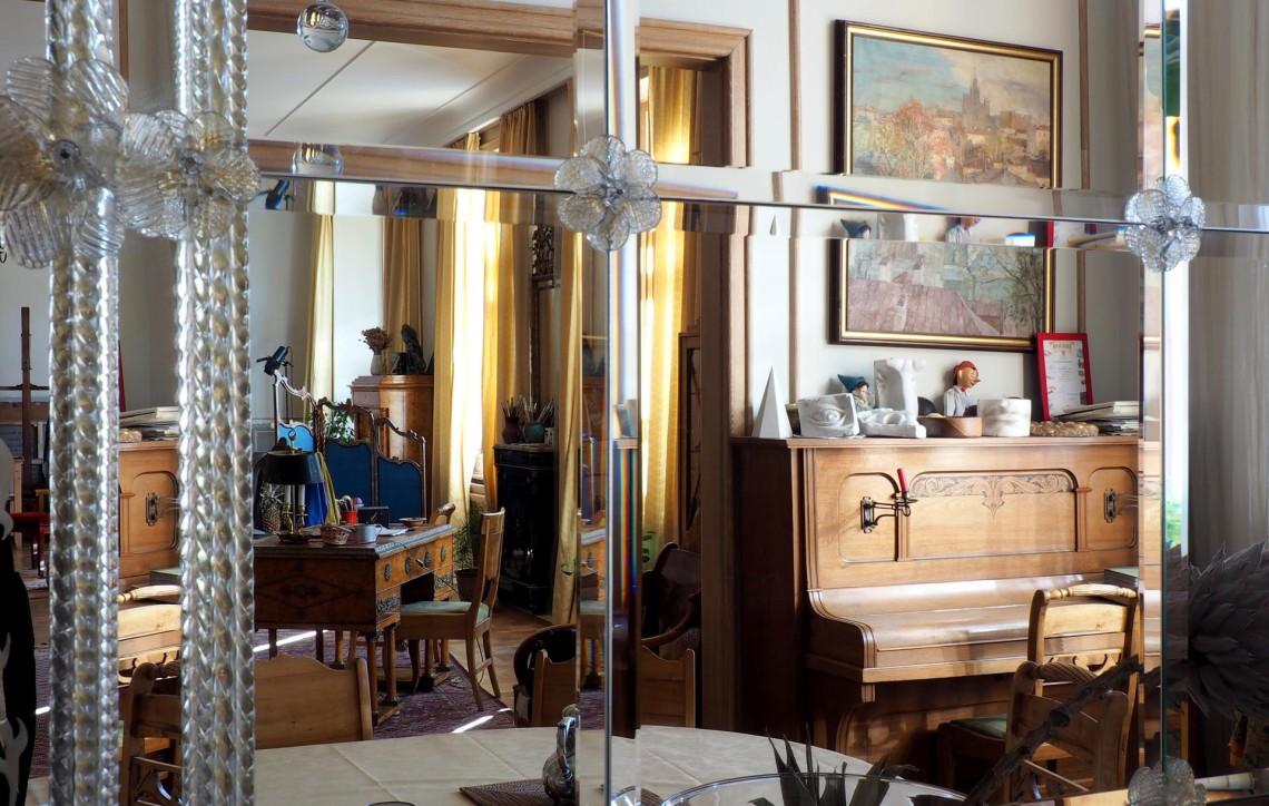 Огромное зеркало – калейдоскоп в котором, повторяясь отражается почти вся комната.