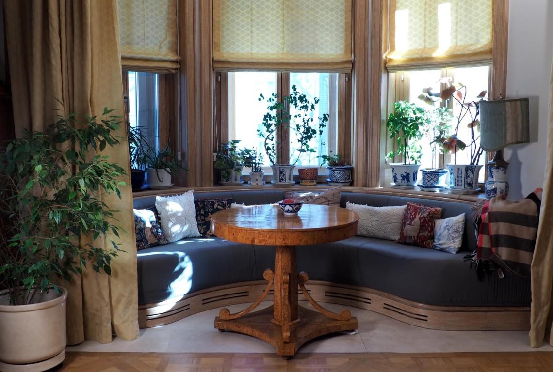 Эркер и старинный столик карельской березы.