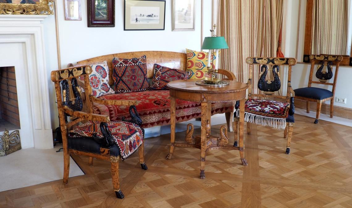 Русская мебель из тополя и карельской березы всегда выделялась своей аристократичностью среди всех других предметов обстановки.
