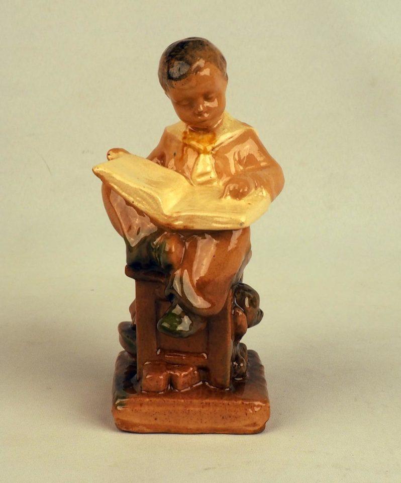 Фигурка читающего мальчика. Гжель