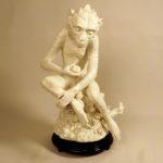 Скульптурное изображение обезьяны с яблоком