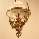 Лампа с белым стеклянным абажуром